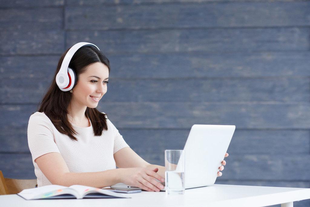 woman doing an online class